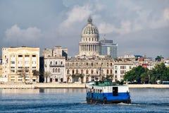 哈瓦那旧城以国会大厦为目的海边大厦 免版税库存照片