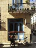 哈瓦那旧城-在Amargura街上的古巴- Bicitaxi 免版税库存图片