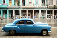 哈瓦那有吸引力的老汽车等待游人 免版税库存图片