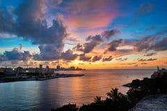 哈瓦那海湾入口和城市地平线在黄昏 免版税库存图片