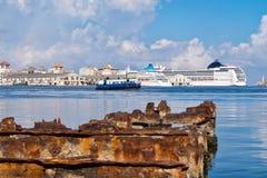 哈瓦那海湾的美丽的景色在有老大厦和一个生锈的铁码头的古巴 免版税库存照片
