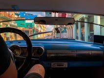 哈瓦那看法从一辆减速火箭的汽车里边的有司机的 免版税图库摄影