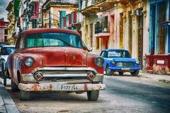 哈瓦那街道在有老红色美国汽车的古巴 免版税库存照片