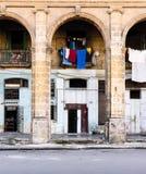 哈瓦那街道场面、垂悬的洗衣店和曲拱 库存照片
