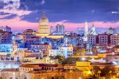 哈瓦那,古巴街市地平线在晚上 免版税库存照片