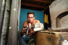 哈瓦那,古巴, 2016年5月31日:修理鞋子的一个人作为事务 免版税库存照片
