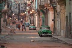 哈瓦那,古巴, 2016年5月30日:在哈瓦那街道上的葡萄酒汽车 库存照片