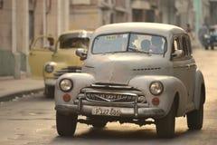哈瓦那,古巴, 2016年5月30日:在哈瓦那街道上的葡萄酒汽车 图库摄影