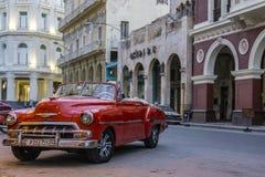 哈瓦那,古巴, 2017年3月30日-在古巴人S的红色经典美国汽车 免版税库存照片