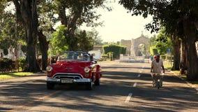 哈瓦那,古巴- 20171121 -在独轮车旁边的经典美国汽车驱动 股票视频