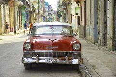 哈瓦那,古巴- 2017年2月16日, 红色葡萄酒经典美国汽车, c 库存照片