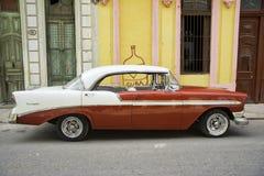 哈瓦那,古巴- 2017年2月16日, 红色葡萄酒经典美国汽车, c 免版税库存照片