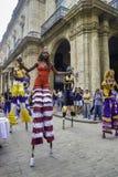 哈瓦那,古巴- 2017年2月16日, :舞蹈家五颜六色的游行老H的 免版税图库摄影