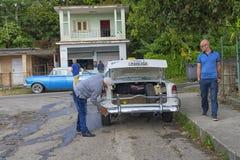 哈瓦那,古巴- 2018年1月04日:一个人抹一个减速火箭的汽车二赖子 库存照片