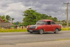 哈瓦那,古巴- 2018年1月04日:一辆减速火箭的红色汽车在ro乘坐 免版税库存图片