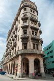 哈瓦那,古巴- 2017年10月22日:与地方建筑学和人的哈瓦那都市风景 古巴 免版税库存照片
