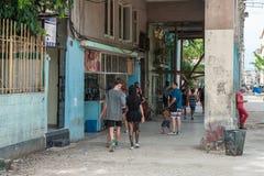 哈瓦那,古巴- 2017年10月22日:与地方建筑学和人的哈瓦那都市风景 古巴 免版税图库摄影