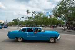 哈瓦那,古巴- 2017年10月22日:与地方老车的哈瓦那都市风景,古巴 免版税库存图片