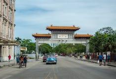 哈瓦那,古巴- 2017年10月22日:与地方车、建筑学和人的哈瓦那都市风景 古巴 中国门 免版税库存照片