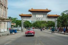 哈瓦那,古巴- 2017年10月22日:与地方车、建筑学和人的哈瓦那都市风景 古巴 中国门 免版税图库摄影