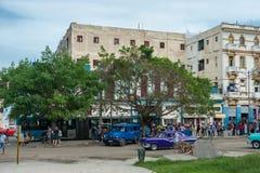 哈瓦那,古巴- 2017年10月22日:与地方车、建筑学和人的哈瓦那都市风景 古巴 汽车站 库存图片