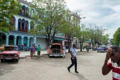 哈瓦那,古巴- 2017年10月22日:与地方车、建筑学和人的哈瓦那都市风景 古巴 库存照片