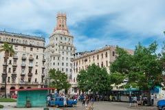 哈瓦那,古巴- 2017年10月22日:与地方车、建筑学和人的哈瓦那都市风景 古巴 免版税图库摄影