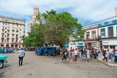 哈瓦那,古巴- 2017年10月22日:与地方车、建筑学和人的哈瓦那都市风景 古巴 图库摄影