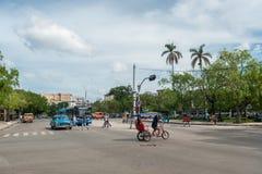哈瓦那,古巴- 2017年10月22日:与地方车、建筑学和人的哈瓦那都市风景 古巴 免版税库存照片