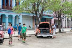 哈瓦那,古巴- 2017年10月22日:与地方车、建筑学和人的哈瓦那都市风景 古巴 免版税库存图片