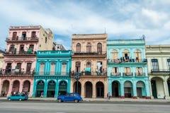 哈瓦那,古巴- 2017年10月22日:与老车的哈瓦那都市风景,建筑学 免版税库存图片