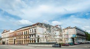 哈瓦那,古巴- 2017年10月22日:与老车的哈瓦那都市风景,建筑学 库存照片