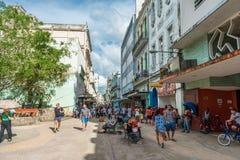 哈瓦那,古巴- 2017年10月22日:与老镇街道和当地人民的哈瓦那都市风景 WiFi区域 免版税库存图片