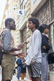 哈瓦那,古巴- 2018年1月04日:两深色皮肤的青年人c 免版税库存图片