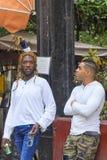 哈瓦那,古巴- 2018年1月04日:两深色皮肤的青年人c 免版税库存照片