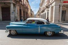哈瓦那,古巴- 2017年10月20日:五颜六色的哈瓦那老镇建筑学和老汽车 免版税库存照片