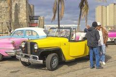 哈瓦那,古巴- 2018年1月04日:减速火箭的经典美国汽车pa 免版税库存图片