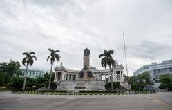 哈瓦那,古巴- 2017年10月25日:哈瓦那何塞米格尔戈麦斯的都市风景和纪念碑在背景中 免版税库存照片