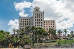 哈瓦那,古巴- 2017年10月23日:哈瓦那余兴节目Parisien大厦在背景中 古巴 免版税图库摄影