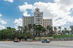 哈瓦那,古巴- 2017年10月23日:哈瓦那余兴节目Parisien大厦在背景中 古巴 免版税库存图片