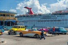 哈瓦那,古巴- 2017年10月20日:哈瓦那出租汽车和游轮划线员在背景中 等待游人的司机 库存照片