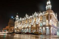 哈瓦那,古巴- 2017年10月24日:哈瓦那盛大剧院在古巴 国会大厦在背景中 夜间照片 免版税库存图片
