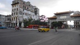 哈瓦那,古巴- 2017年10月20日:哈瓦那老镇交通和建筑学 股票录像