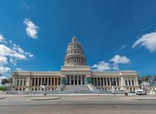 哈瓦那,古巴- 2017年10月20日:哈瓦那老镇和国会大厦大厦在背景中 库存照片