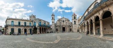 哈瓦那,古巴- 2017年10月23日:哈瓦那老镇和大教堂在背景中 大教堂正方形 免版税库存图片
