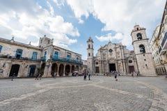 哈瓦那,古巴- 2017年10月23日:哈瓦那老镇和大教堂在背景中 大教堂正方形 免版税库存照片