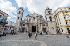 哈瓦那,古巴- 2017年10月23日:哈瓦那老镇和大教堂在背景中 大教堂正方形 库存图片