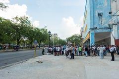 哈瓦那,古巴- 2017年10月23日:哈瓦那老镇和汽车站中止与许多人民 图库摄影