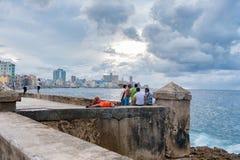 哈瓦那,古巴- 2017年10月20日:哈瓦那老镇和Malecon地区与加勒比海在背景和多云天空中 免版税库存图片