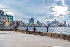哈瓦那,古巴- 2017年10月20日:哈瓦那老镇和Malecon地区与加勒比海在背景和多云天空中 库存照片